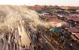 Folket på solnedgången i den berömda Djma El fnaaen kvadrerar i Marrakech Arkivfoton