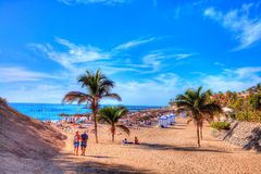 Folket på strandferie i El Duque sätter på land, Tenerife, Spanien royaltyfri fotografi