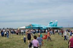 Folket på utställningen, betraktar ryssen Su-34 Royaltyfri Bild