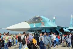 Folket på utställningen, betraktar ryssen Su-34 Royaltyfri Fotografi