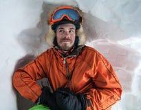 Folket på vinter semestrar, att skida och snowboardingen Royaltyfria Bilder