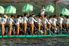 Folket paddlar vid ben i Phaung Daw Oo pagodfestival, Myanmar Royaltyfri Bild