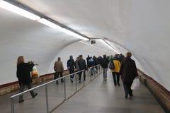 Folket passerar den underjordiska passagen till tunnelbanan på rusningstiden royaltyfria bilder