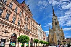Folket passerar shoppinggatan i den Novi Sad staden, Serbien Arkivfoton