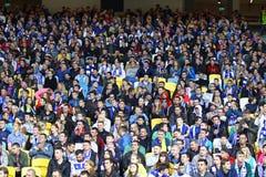 Folket placerar på tribun för en stadion Arkivfoton