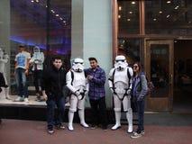 Folket poserar med militärpoliser för den Star Wars teckenstormen Royaltyfria Foton