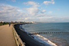 Folket promenerar den Aberdeen kusten och en siktsofastad i ett avstånd Arkivbilder