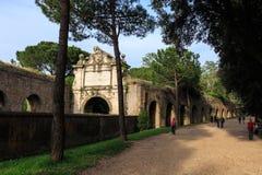 Folket promenerar den Aurelian väggen runt om forntida Rome på den Aurelia Antica gatan Arkivfoton