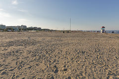 Folket promenerar den sandiga stranden i Rimini, Italien Arkivbild