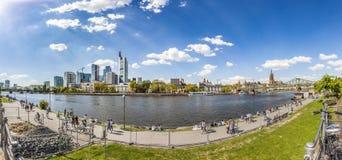 Folket promenerar flodströmförsörjningen med Frankfurt horisont royaltyfri fotografi