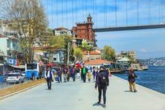 Folket promenerar invallningen av Bosphorus Fotografering för Bildbyråer