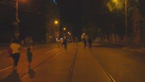 Folket promenerar nattgatan av staden lager videofilmer
