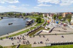 Folket promenerar på floden Vistula i Krakow Arkivfoton