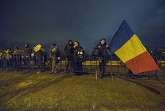 Folket protesterar framme av den rumänska parlamentet Royaltyfri Bild