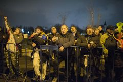 Folket protesterar framme av den rumänska parlamentet Arkivbild