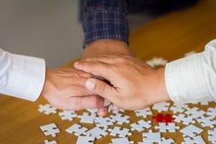 Folket räcker monterar teamworkbegrepp för företags möte arkivbild