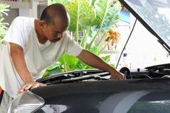 Folket reparerar bilar. Arkivbilder