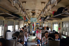Folket reser från bangkok till ayutthaya med drevet Royaltyfria Bilder