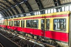 Folket reser på den Alexanderplatz gångtunnelstationen i Berlin Arkivfoto