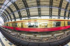 Folket reser på den Alexanderplatz gångtunnelstationen i Berlin Arkivbilder