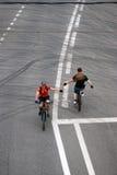 Folket rider cyklar i Moskva och försöker att skaka händer royaltyfri foto