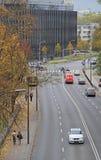 Folket rider i bilar på vägen i Warszawa, Polen arkivfoto