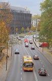 Folket rider i bilar på vägen i Warszawa, Polen arkivbilder