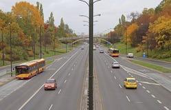 Folket rider i bilar på vägen i Warszawa, Polen royaltyfri bild