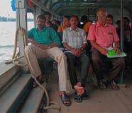 Folket rider i färja vid den Kochi för havet nästan staden, Indien royaltyfri bild