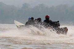 Folket rider snabba motorbåten vid Mekong River i Luang Prabang, Laos Arkivfoton