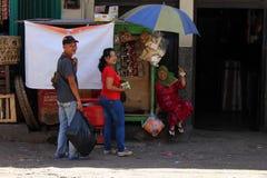 Folket runt om traditionell marknad i Indonesien kallade Arkivbilder