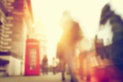 Folket rusar på en upptagen gata av London Suddighet som är defocused Arkivbild
