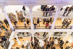 Folket rusar på köpandeböcker i arkiv Fotografering för Bildbyråer