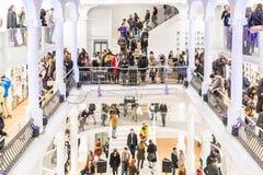 Folket rusar på shoppingböcker i arkiv Royaltyfri Fotografi