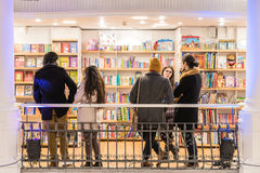 Folket rusar på shoppingböcker i arkiv Arkivfoton