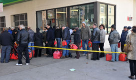 Folket säger i linjen för gas Arkivfoton