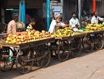 Folket säljer frukter på den Chawri bazaren i Delhi, Indien Royaltyfri Fotografi
