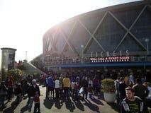 Folket samlar utanför den Oracle arenan för basketmatch Royaltyfria Bilder