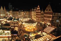 Folket sammanfogar i julmarknad i Frankfurt Arkivbild