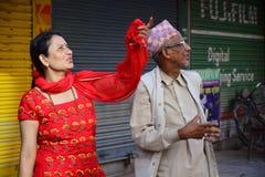 Folket ser kollapsad byggnad efter jordskalvkatastrof Royaltyfri Bild