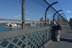 Folket ser sikten från Sydney Harbour Bridge Sydney New S fotografering för bildbyråer