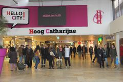 Folket shoppar i den moderna shoppingmitten Hoog Catharijne, Utrecht, Nederländerna Arkivfoton