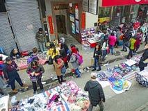 Folket shoppar i en improviserad marknad på vandringsledet av Johnston Road i Hong Kong Royaltyfri Fotografi