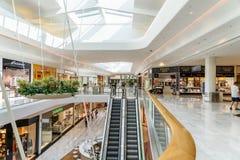 Folket shoppar i galleria för lyx för Wien shoppingstad Arkivfoto