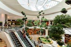 Folket shoppar i galleria för lyx för Wien shoppingstad Arkivfoton