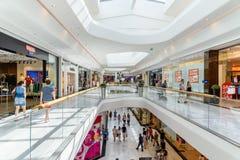 Folket shoppar i lyxig galleria för shoppingstadsSud den största shoppinggallerian i Österrike Royaltyfria Foton