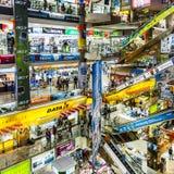 Folket shoppar inom den Pantip plazaen Arkivfoton