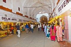 Folket shoppar inom Meena Bazaar i det röda fortet Arkivfoto