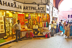 Folket shoppar inom Meena Bazaar i det röda fortet Fotografering för Bildbyråer