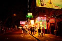 Folket shoppar, och neon undertecknar in Hong Kong Royaltyfri Fotografi